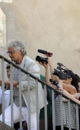Il MoVimento di Beppe Grillo blinda la Raggi ma con avvertimento